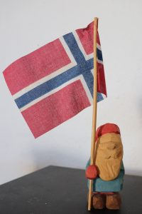 A nisse carved by Dan Bogie in flat-plane style.